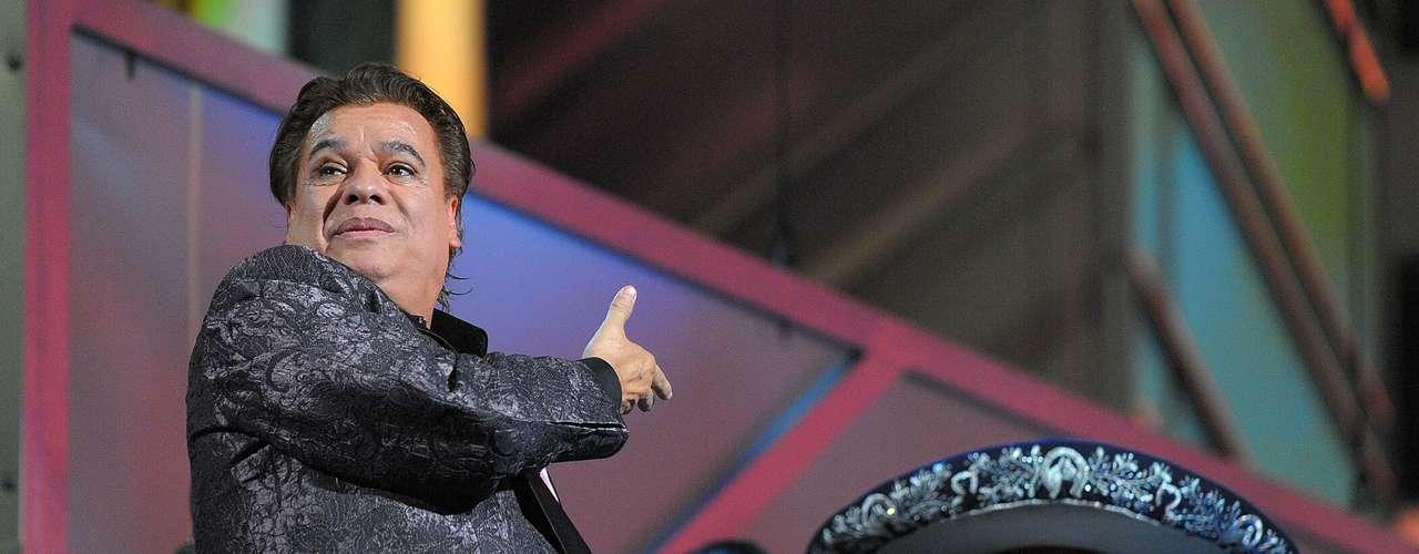Juan Gabriel: Uno de los mexicanos más queridos en el mundo es Juan Gabriel, quien se le ha tildado de homosexual desde el inicio de su carrera. El músico ha dicho sobre su inclinación sexual: lo que se ve no se pregunta y se caracteriza por sus movimientos afeminados.