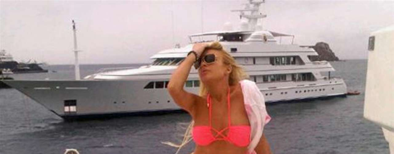 Recognize her?  It's scandalicious actress Lindsay Lohan posing in a bikini.