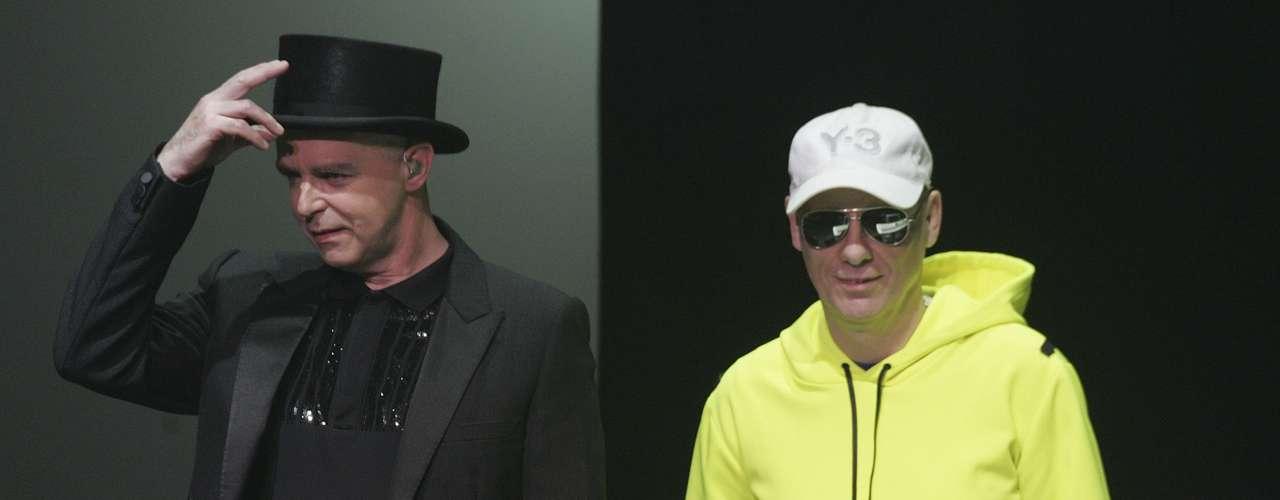 Neil Frances Tennant y Christopher Sean Lowe (Pet Shop Boys): Se podría decir que Neil y Chris son íconos dentro del movimiento homosexual mundial. Por más de 20 años, el dúo ha demostrado que el ser gay es más que un tabú, un estilo de vida respetable y con miles de personas. Neil ha sido muy abierto a la hora de hablar de su homosexualidad y en varias ocasiones lo ha reiterado, por su parte Chris es apático a hablar sobre el tema, sin embargo ha tenido varias historias gay.