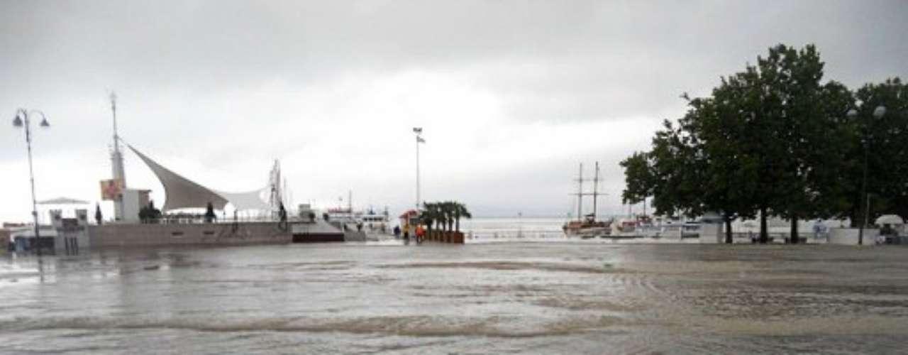 Los aguaceros precipitaron en la noche unos 30 centímetros (un pie) de agua sobre varias partes de la región de Krasnodar y obligaron a muchos habitantes a refugiarse en techos o en árboles.