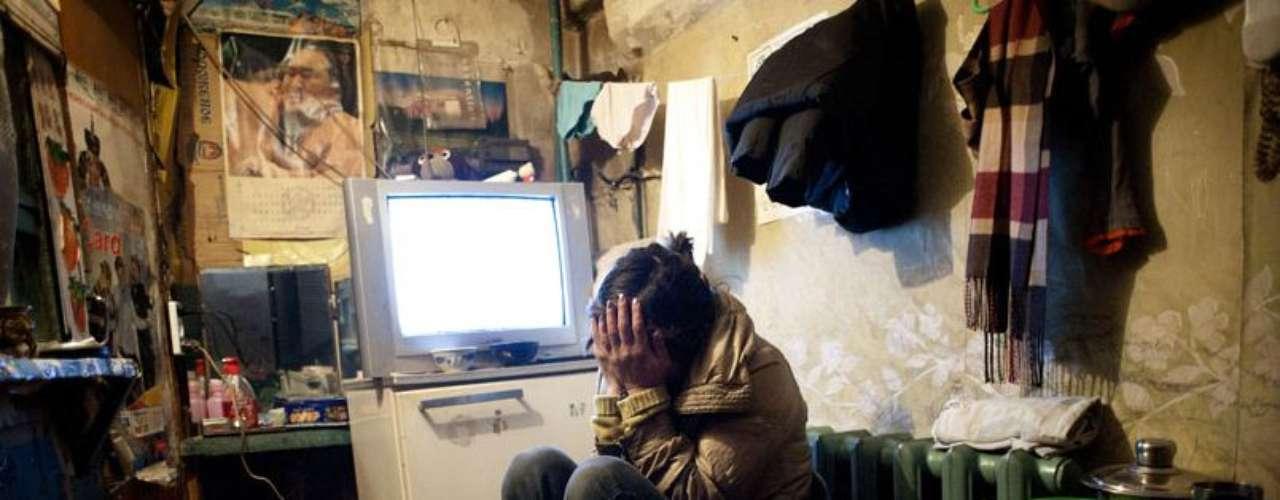 Dyun Erdene, 26 años, antiguo pastor, en el exiguo espacio que comparte con su familia (su padre de 55 años también expastor, su madre, una hermana y su sobrino de 4 años) en Ulán Bator. Solía vivr con su vivir familia en Gobi-Ugtaal, en la provincia de Dunggobi, pero durante el duzd, el invierno mongol, de 2010 perdieron sus 150 animales y decidieron mudarse a la ciudad.