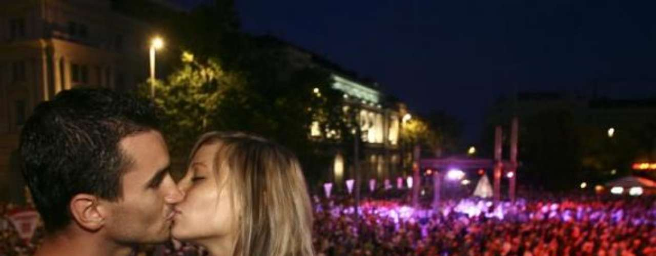 En Budapest, durante el evento que pretendía batir el récord de mayor número de parejas besándose al mismo tiempo en una plaza pública.