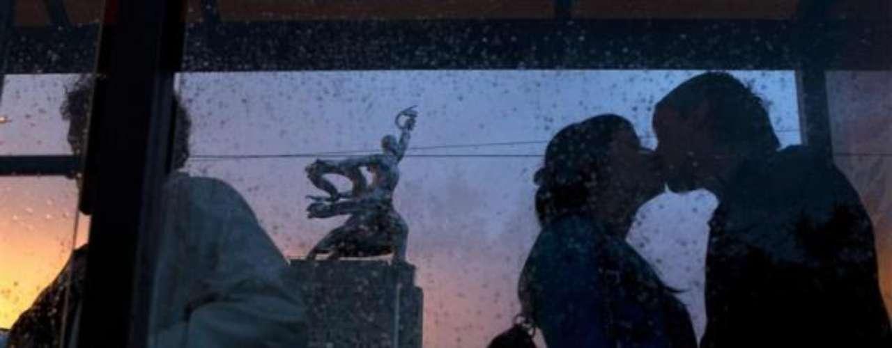 Un beso en medio del frío de Moscú.