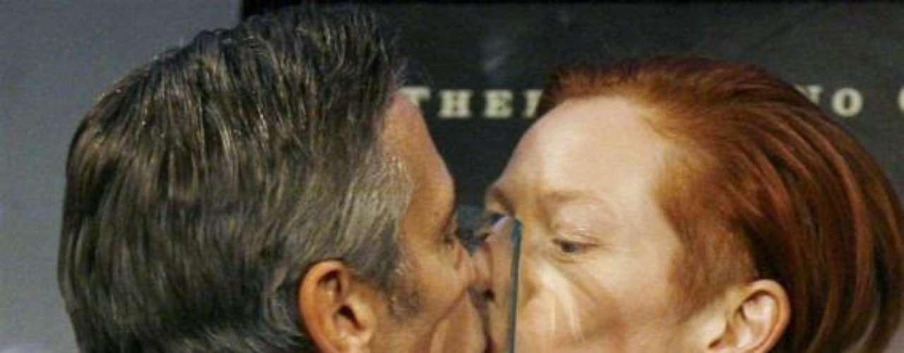 George Clooney besa entre su premio a Tilda Swinton.
