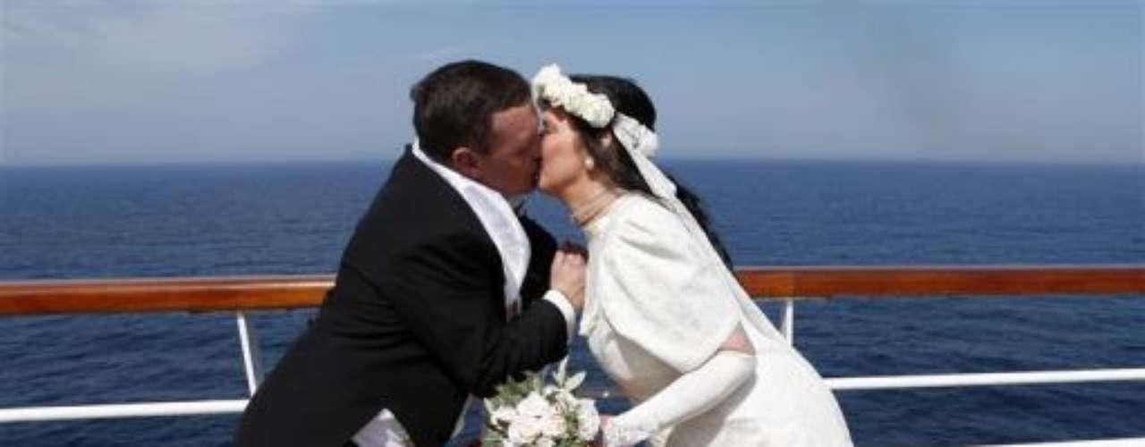 El beso que sella la unión matrimonial de esta pareja que contrajo matrimonio en el crucero en homenaje a los 100 años del hundimiento del Titanic.