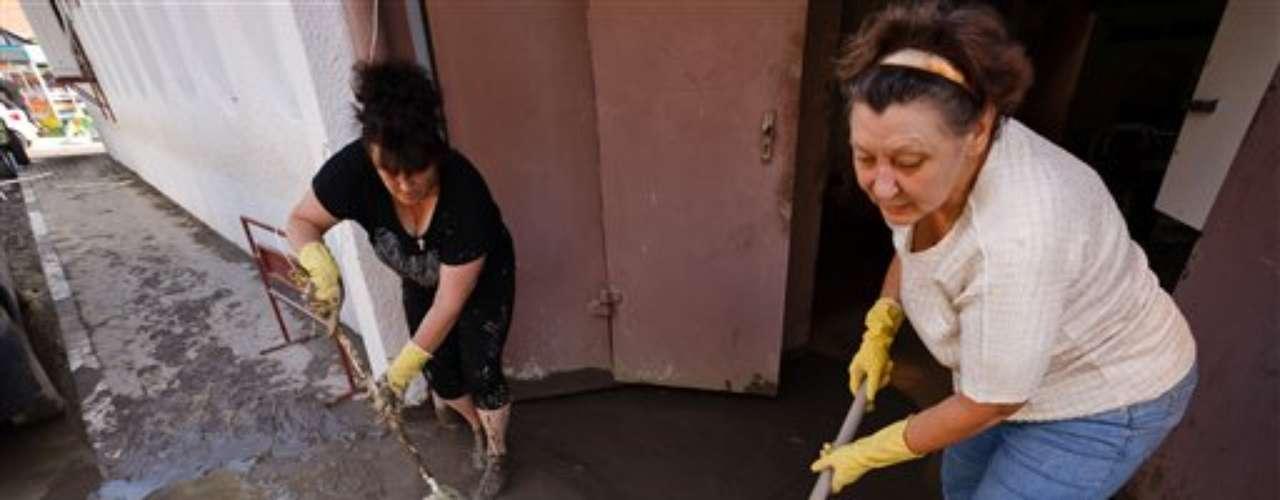Al menos ciento tres personas murieron a causa de las lluvias torrenciales en una región sureña de Rusia, informaron el sábado las autoridades. Los aguaceros precipitaron en la noche unos 30 centímetros (un pie) de agua sobre varias partes de la región de Krasnodar y obligaron a muchos habitantes a refugiarse en techos o en árboles. La región se encuentra a unos 1.200 kilómetros (750 millas) al sur de Moscú y colinda con el Mar Negro.