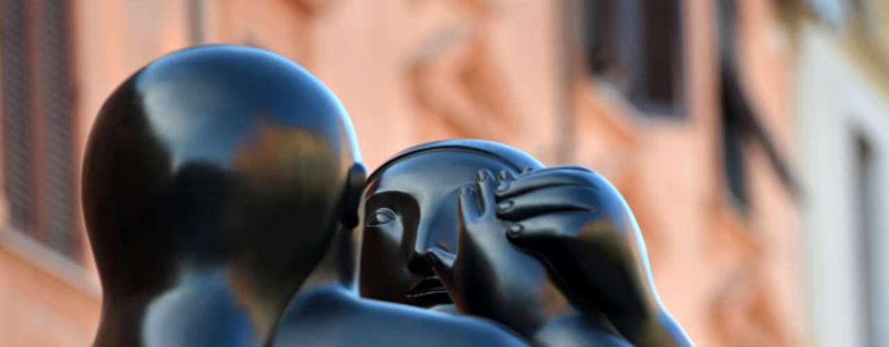 Junto con seis esculturas gigantes, instaladas en la sugestiva plaza del Duomo, a pocos metros de distancia, en total 80 obras narran pasado y presente del pintor y resumen su notable capacidad de mezclar lo gráfico con lo plástico, lo colombiano con lo europeo.