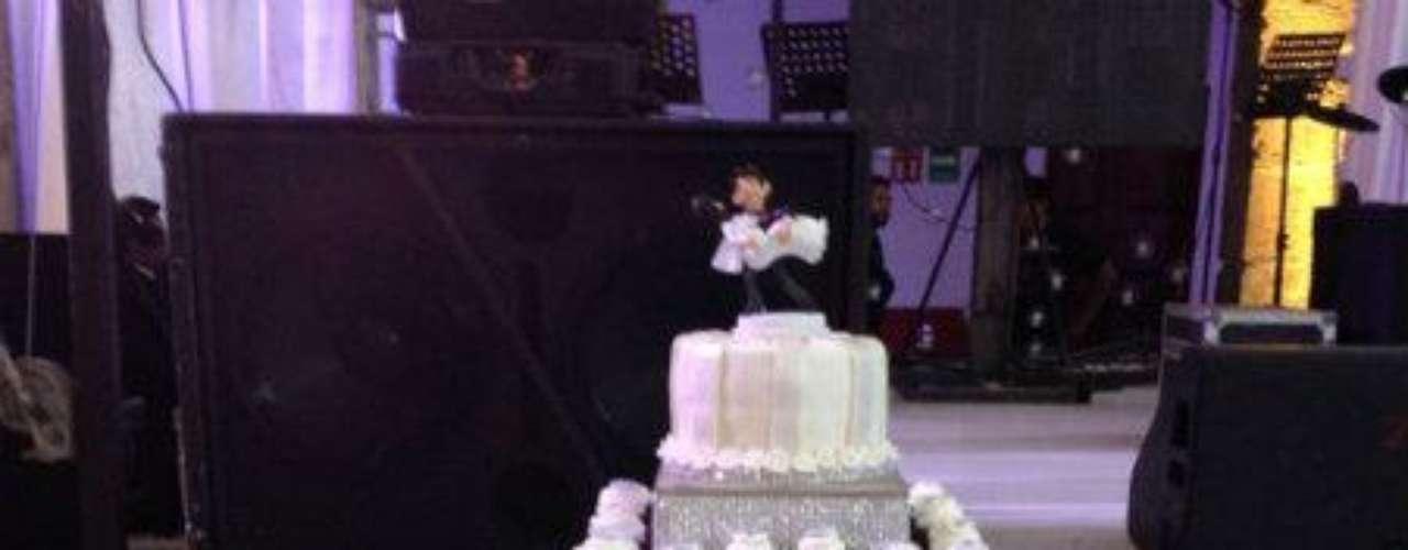 Esta es una modalidad que se impone en las ceremonias hoy en día. Ya no se parte el pastel con cuchillo, sino que cada asistente puede ir y tomar su porción cuando mejor le convenga.Síguenos en:     Facebook -   TwitterEugenio Derbez y Alessandra Rosaldo se dieron el 'sí'FOTO: El regalo de Eugenio Derbez a Alessandra Rosaldo en su boda: ¡Tremenda motocicleta! '