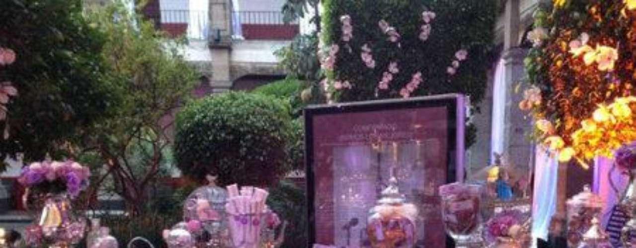 Es que los organizadores del evento, contratados por Televisa, se esmeraron en conseguir lo mejor de lo mejor. ¿Te gustáron la decoración y el salón?Síguenos en:     Facebook -   TwitterEugenio Derbez y Alessandra Rosaldo se dieron el 'sí'FOTO: El regalo de Eugenio Derbez a Alessandra Rosaldo en su boda: ¡Tremenda motocicleta! '