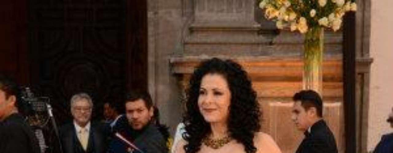 En un distinguido vestido negro.Síguenos en:     Facebook -   TwitterEugenio Derbez y Alessandra Rosaldo se dieron el 'sí'FOTO: El regalo de Eugenio Derbez a Alessandra Rosaldo en su boda: ¡Tremenda motocicleta! '