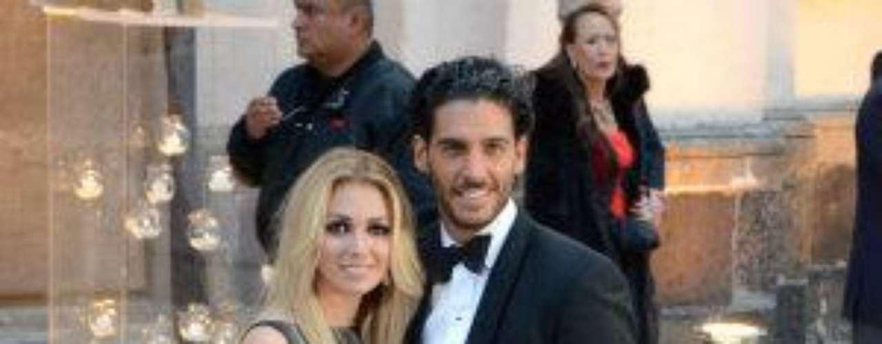 Y su guapa acompañante era su esposa, la modelo Karla Guindi.Síguenos en:     Facebook -   TwitterEugenio Derbez y Alessandra Rosaldo se dieron el 'sí'FOTO: El regalo de Eugenio Derbez a Alessandra Rosaldo en su boda: ¡Tremenda motocicleta! '