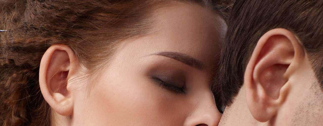 Tauro: El secreto de un orgasmo pleno y placentero, para los nacidos bajo este signo, es el sexo oral; aunque la garganta, el cuello y la nuca son sus puntos eróticos críticos. Debes tener en cuenta que los tauro son personas que necesitan sentirse muy amadas y deseadas, por lo tanto los besos suaves y las palabras al oído que los harán vibrar. Son seres de momentos de placer románticos, sin afanes y de piel muy sensible ¡Aprovéchalo!