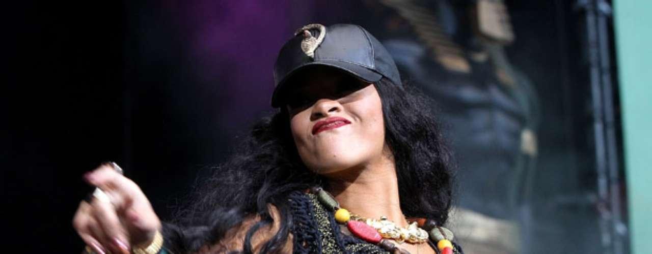 Así fue el regreso a los escenarios de la bella Rihanna, después de cancelar su presentación en el festival Rock in Rio, en Madrid, tras la muerte de su abuela. La cantante, reapareció  durante el tercer día del Barclaycard Wireless Festival, en Londres