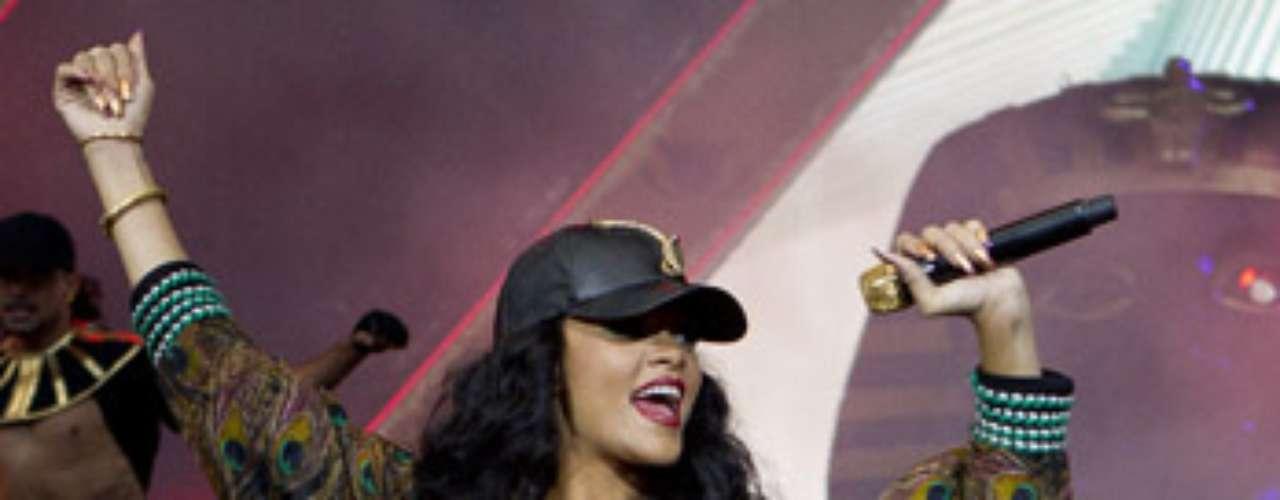 Rihanna, luego de haber guardado luto por la muerte de su abuela Clara 'Dolly' Braithwaite, retomó sus compromisos musicales, brindando un gran espectáculo en el Festival de Música Wireless, que todos los años se realiza en el Hyde Park de Londres.