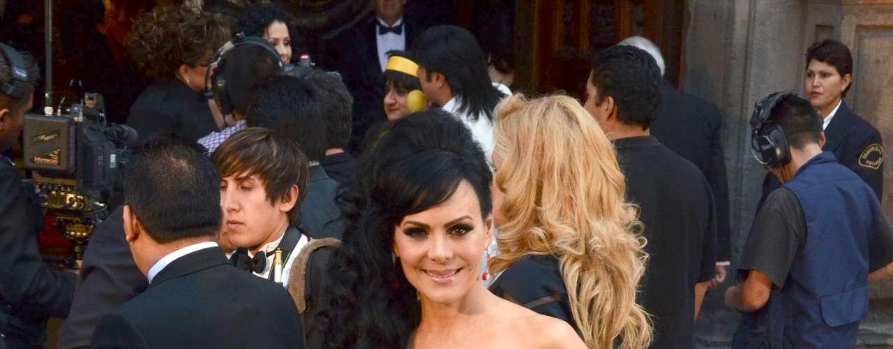 Maribel Guardia acaparó todas las miradas luciendo un escotazo de infarto, durante la boda de Eugenio Derbez y Alessandra Rosaldo, en el ex Convento de Regina Coelli de Ciudad de México.