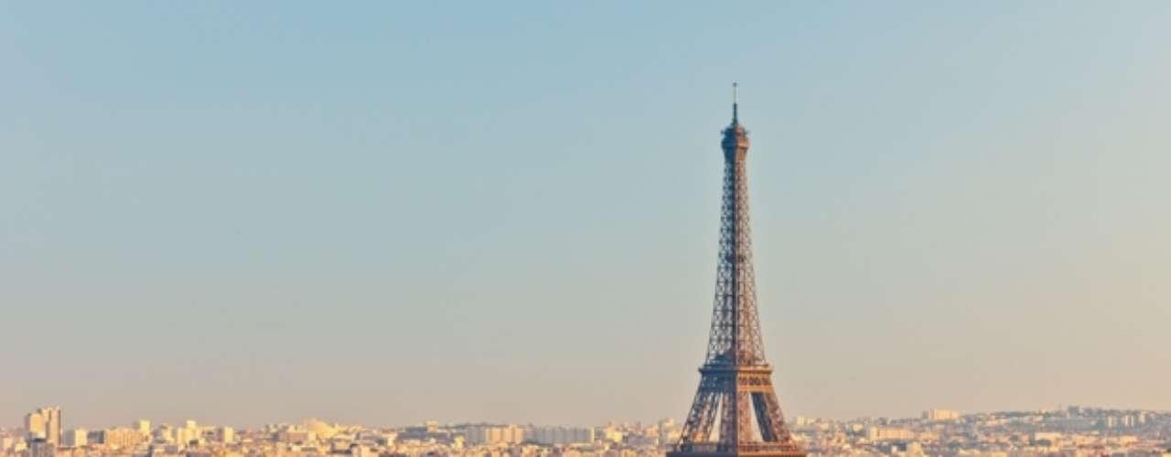 En el cuarto lugar, París. La ciudad es el destino turístico más popular del mundo, con más de 42 millones de visitantes extranjeros por año. Cuenta con muchos de los monumentos más famosos y admirados como: la Torre Eiffel, la Catedral de Notre Dame, la Avenida de los Campos Elíseos, el Arco de Triunfo, la Basílica del Sacré Cœur, el ex Hospital de Los Inválidos, el Panteón, el Arco de la Defensa, la Ópera Garnier o el barrio de Montmartre, entre otros. También alberga instituciones de reconocimiento mundial: el Louvre (el museo más famoso y visitado del mundo), el Museo D'Orsay y el Museo Nacional de Historia Natural.