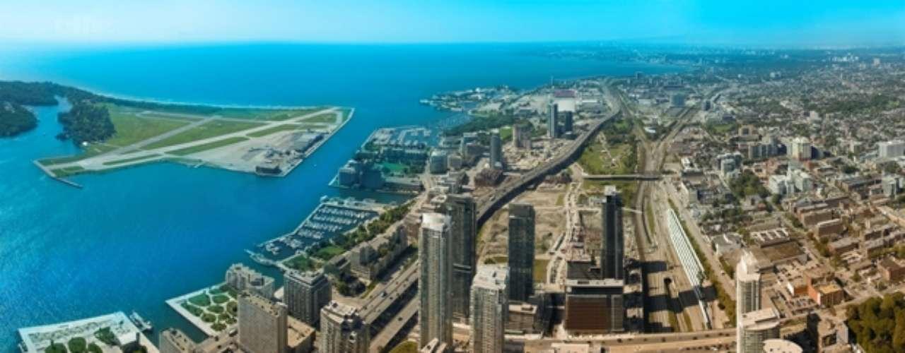 En enero de 2005, Toronto fue escogida por el gobierno canadiense como una de las capitales culturales de Canadá. Toronto posee una de las mejores calidades de vida de América del Norte y es considerada por muchos una de las mejores metrópolis del mundo para vivir. Actualmente, ocupa el puesto ocho del ranking elaborado por The Economist. Además, es una de las ciudades más seguras de América. Su tasa de criminalidad es menor que la de cualquier gran ciudad del continente y una de las menores de Canadá.