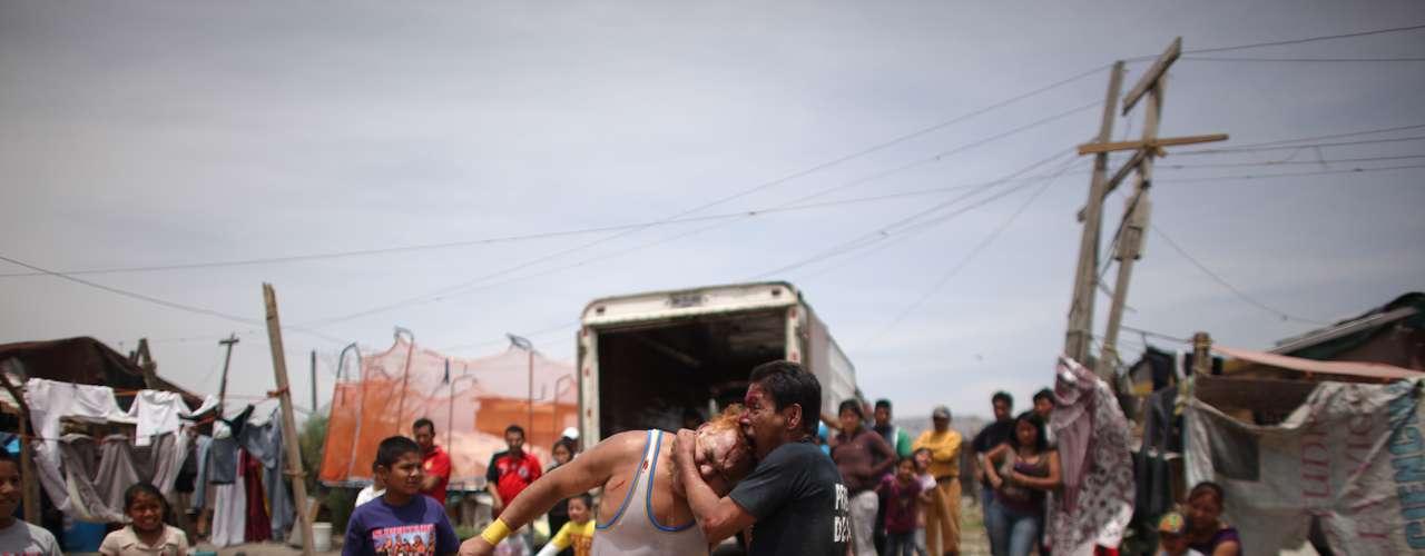 Desde hace cinco años, 'la Caravana de Super Tarín' recorre cada fin de semana los lugares más desfavorecidos de la capital.