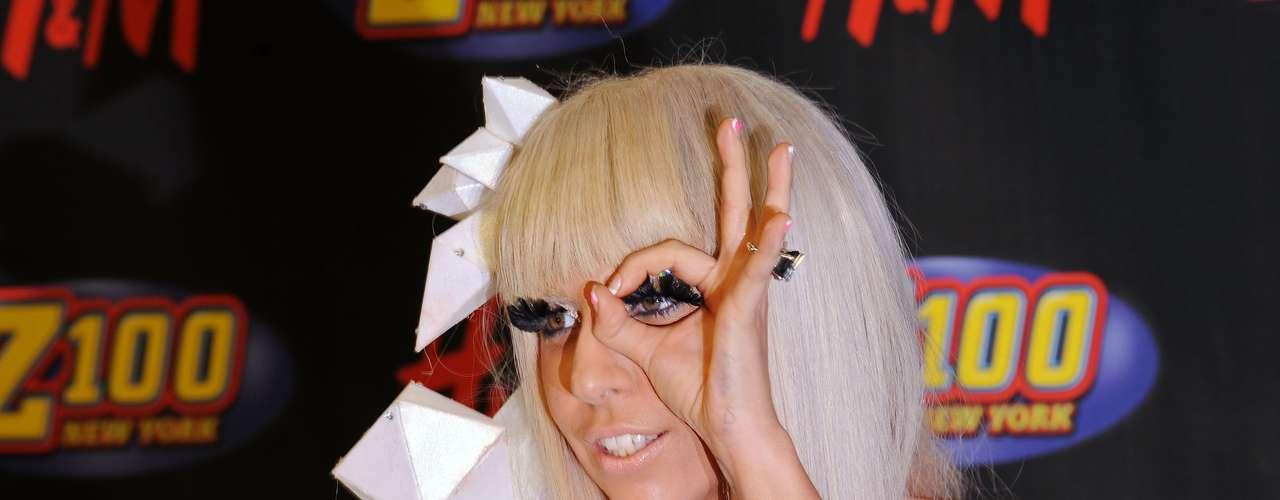 LADY GAGA. La estrella neoyorquina solicitó una orden de restricción contra una fanática rusa que le enviaba correos electrónicos plagados de amenazas de muerte. La mujer llamada Anastasia Obujova, de 26 años de edad, aseguraba en sus múltiples cartas que puesto que no han estado destinadas a estar juntas sobre la Tierra, al menos quería morir junto a la cantante. De inmediato, el cuerpo de seguridad de Gaga se duplicó, pues la diva estaba aterrorizada y hasta ordenó a sus guardaespaldas cuidarla mientras dormía.  \