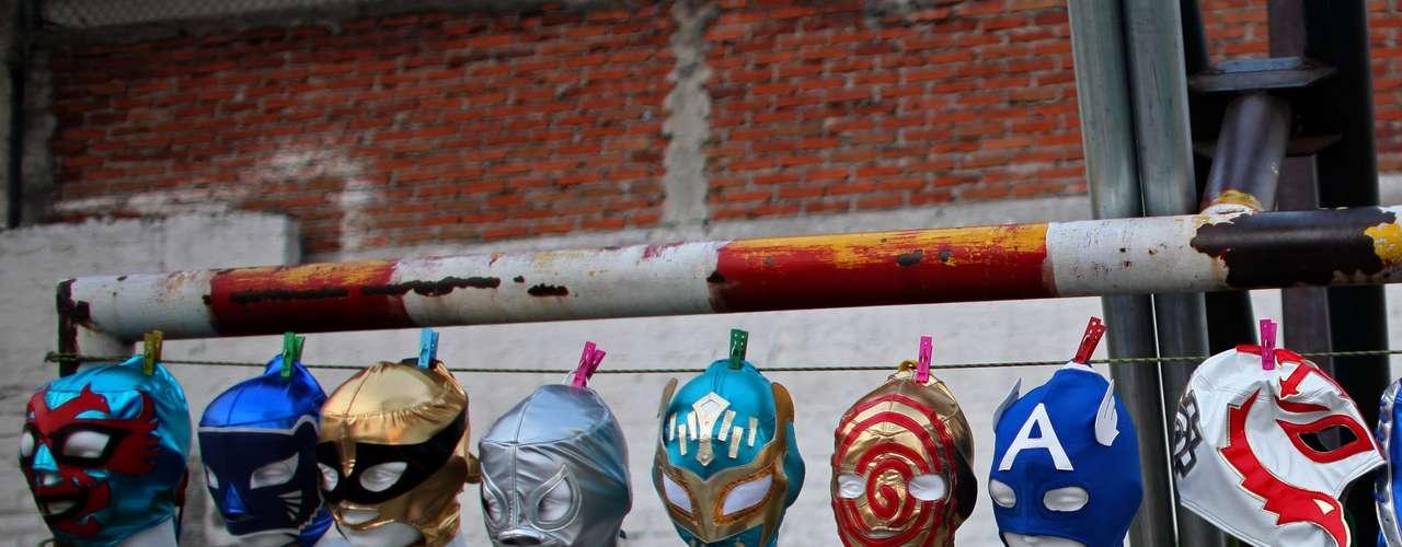Exposición de máscaras de lucha libre en el patio de una escuela donde se realiza uno de los espectáculos.