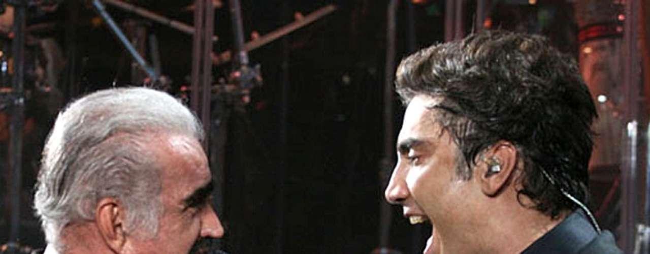 Según reseñó la página TvNotas.com, Vicente Fernández, como parte de su despedida, para finales de año podría grabar un disco con Alejandro Fernández.