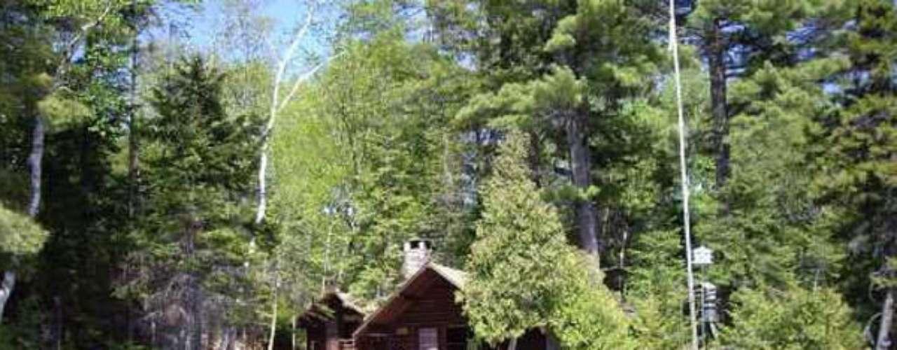 Por $550 mil dólares se puede adquirir Birch Island en Greenville, Maine, es una isla privada en el legendario lago Moosehead, un espacio verde, menor a los anteriores, donde se encuentra una casa-bote con muelle, canoa y un par de embarcaciones a motor, incluidos en el precio.