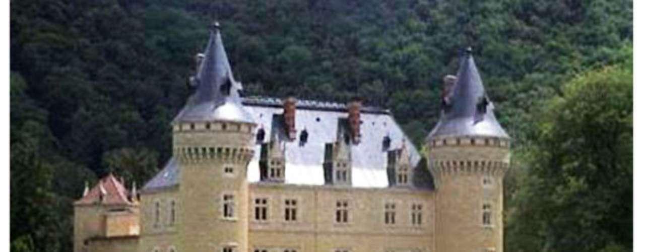 Gracias a sus 75.348 metros cuadrados y con un costo cercano a los $37 mil dólares se encuentra el castillo Cornod, en Francia, que gracias a su amplitud posee diversos espacios donde esconderse de los intrusos.