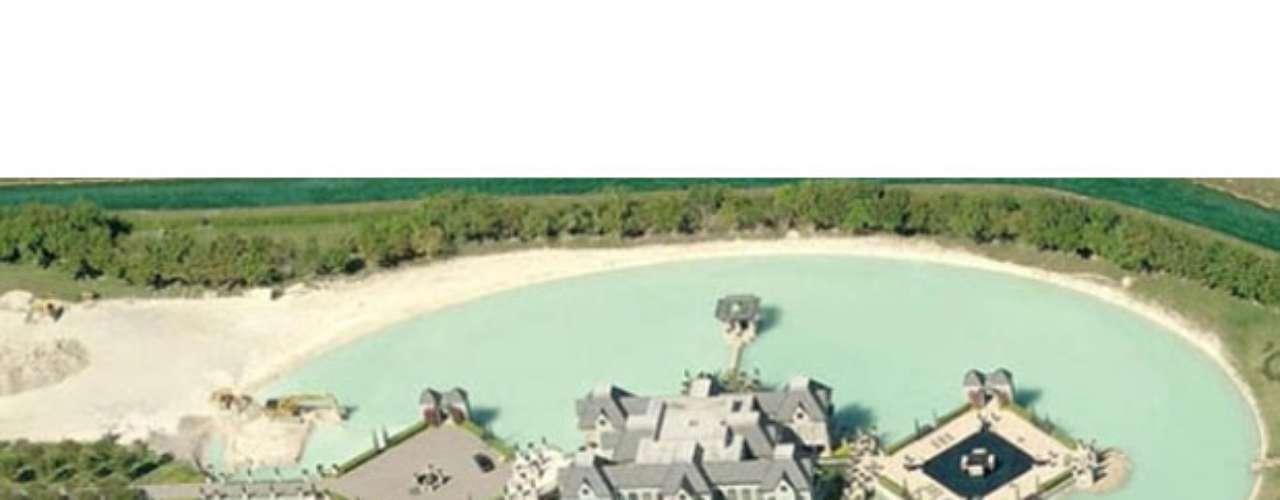 Otro tipo de edificaciones de alta seguridad son espacios como Epic Lake Castle, ubicado en la Florida, más exactamente en Miami, el cual ha sido avaluado en $10.9 millones de dólares. Es un lugar único, diseñado en medio de un lago, para el cual existe una única entrada y salida, en caso de un intento de invasión al interior del recinto.