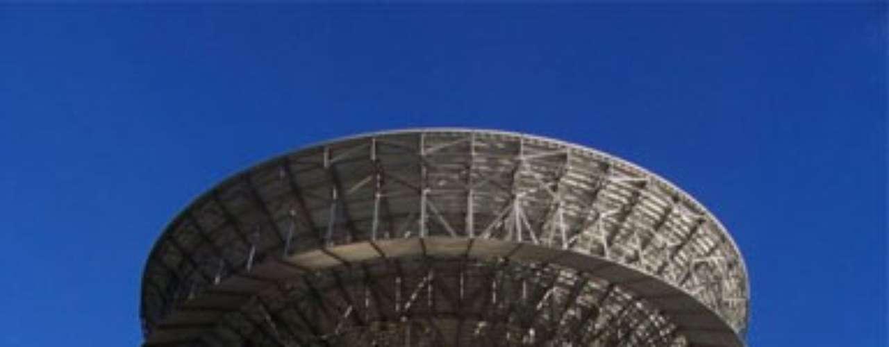En Carmel Valley, California, se encuentra en una colina remota esta magnífica edificación por un valor de $3 millones de dólares que incluyen más de 160 acres de terreno cercados con vallas y paredes reforzadas la estructura puede soportar hasta cinco megatones explosión nuclear.