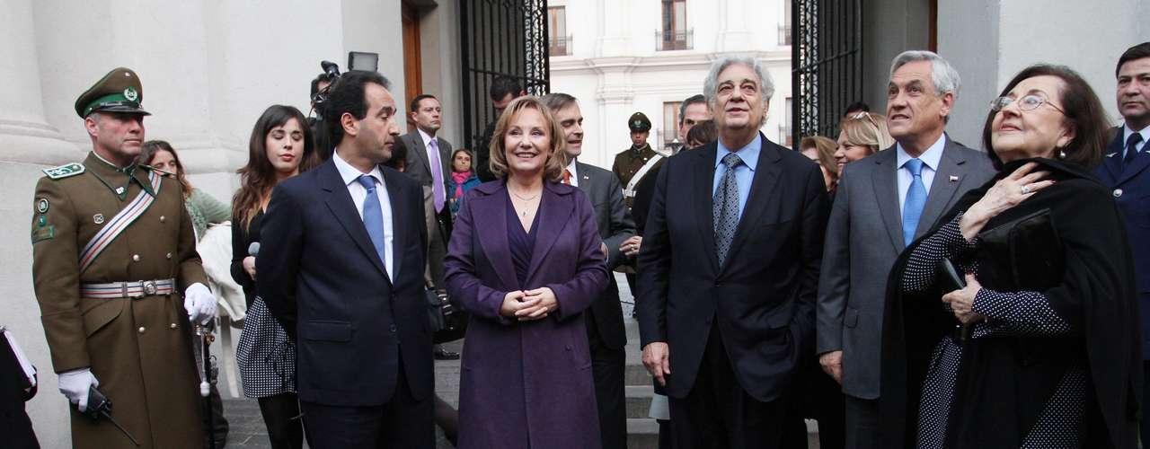 El cantante español de ópera, Plácido Domingo, visitó el Palacio de La Moneda, donde se reunió con el Presidente de la República, Sebastián Piñera y con la Orquesta Sinfónica Nacional Juvenil a la que dirigió por unos minutos.