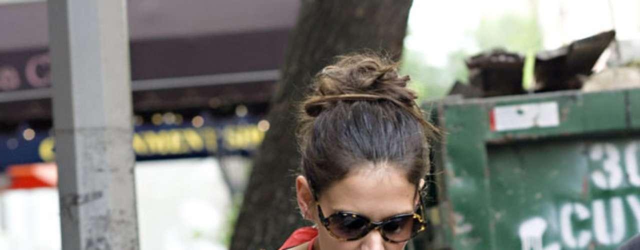 La situación de persecución hacia Holmes y su hija por parte de los medios ha aumentado a tal grado que la pequeña opta por cubrirse el rostro cuando sale a la calle.