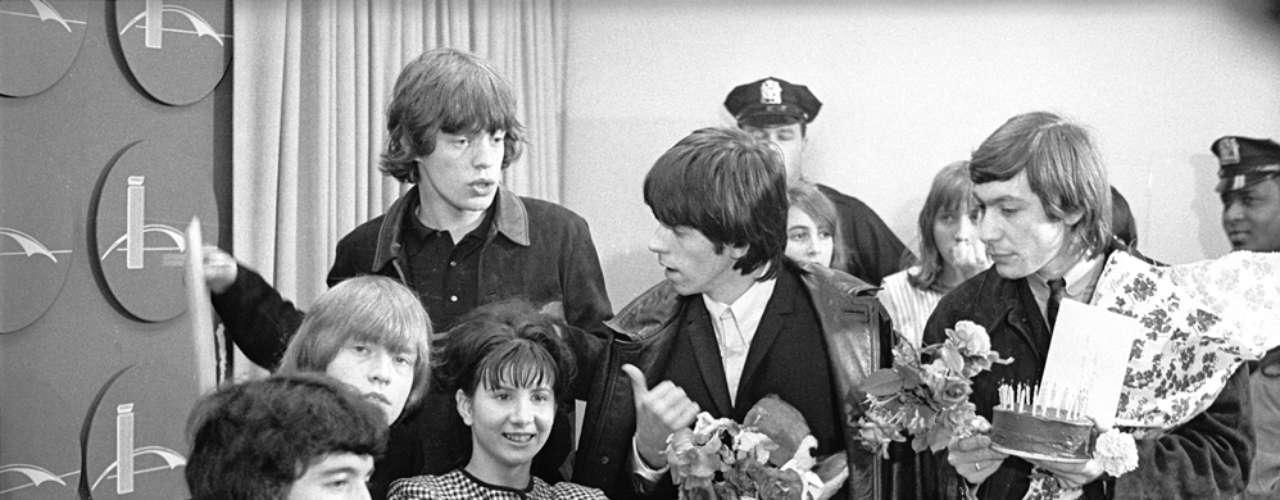 1964: Tras firmar el tan deseado contrato con una productora musical, los músicos británicos lanzaron su primer álbum, 'The Rolling Stones', el cual sólo tenía una canción original.