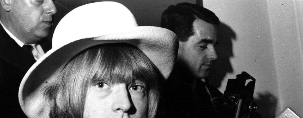 1969: El guitarrista Brian Jones es expulsado del grupo por sus problemas con el alcohol y las drogas. Su sucesor es Mick Taylor. Pocos días después, Jones es hallado muerto en su piscina.