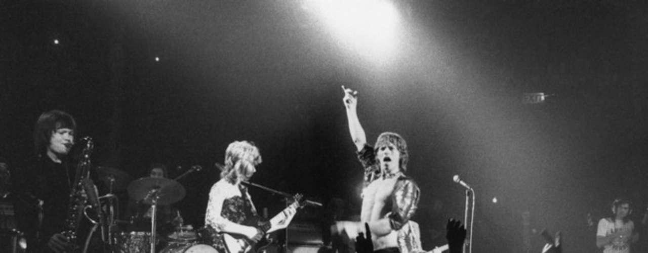 1972: Lanzan el álbum doble Exile on Main St., un hito en la discografía de los Rolling Stones. El disco alcanzó el tope de los rankings tanto en Estados Unidos como en Gran Bretaña, en un período de relativa paz e intensa producción musical.