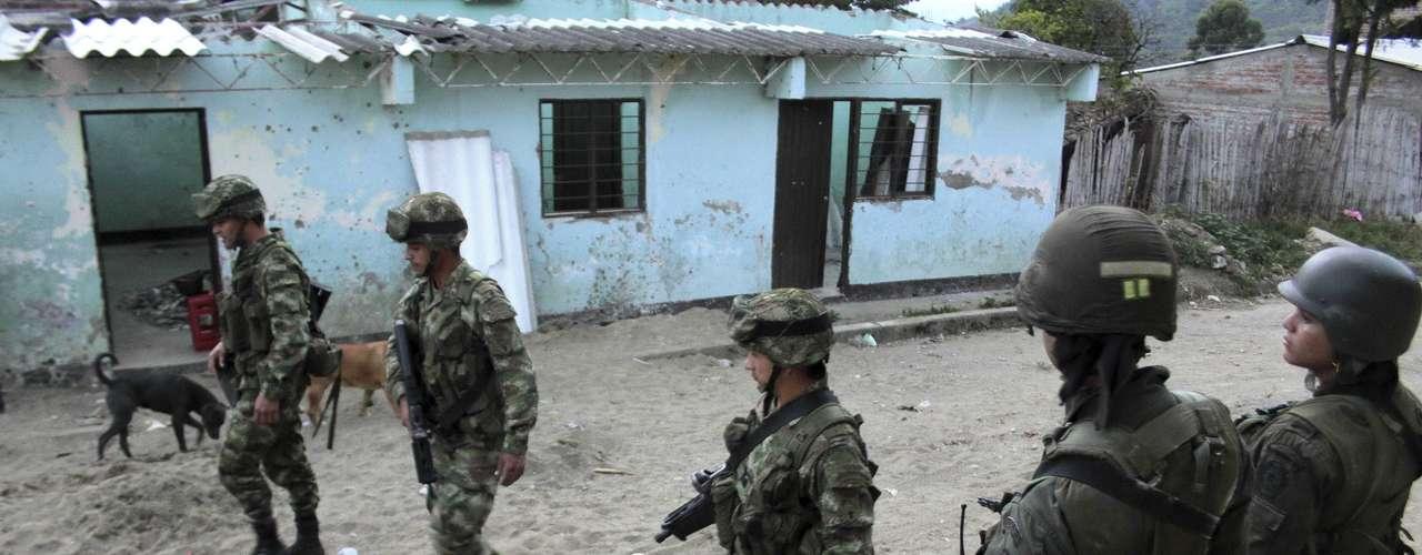Soldados patrullan las calles de Toribío, Cauca. El presidente Juan Manuel Santos fue abucheado a su arribo a esta población, el miércoles, donde los indígenas reclaman la evacuación tanto de las de las Farc como de la fuerza pública. (AP Foto/Juan Bautista).