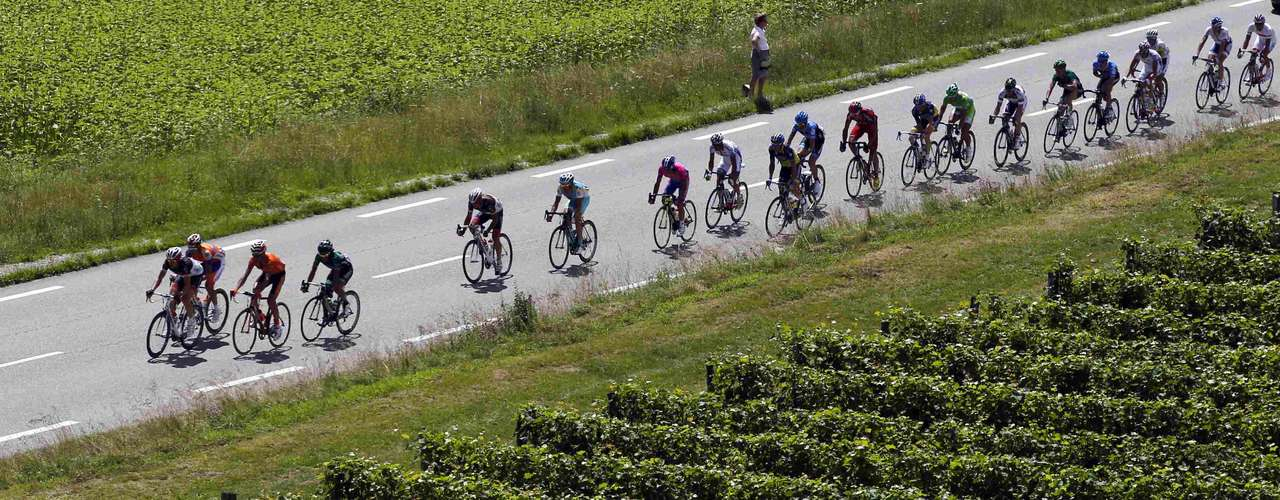 The pack cycles during the tenth stage of the 99th Tour de France cycling race between Macon and Bellegarde-sur-Valserine, July 11, 2012.