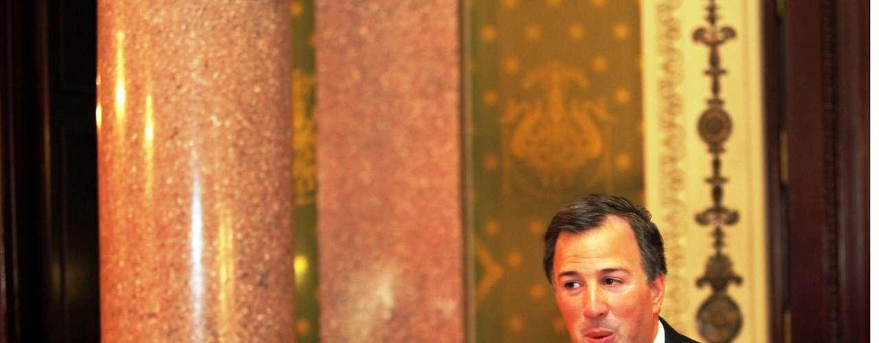 José Antonio Meade puede repetir en la Secretaría de Hacienda. Es muy cercano al miembro más importante del equipo de Peña Nieto, Luis Videgaray, y así se daría pluralismo al gabinete. Con ello se buscaría un signo de estabilidad económica en la transición
