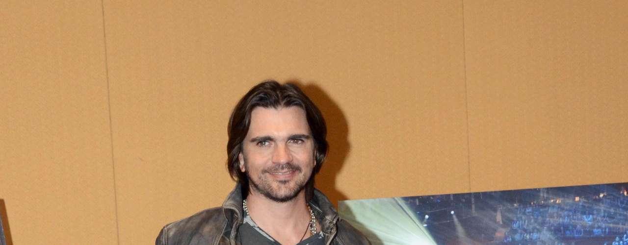 Durante el encuentro con los medios, recibió disco de oro por las altas ventas alcanzadas con el álbum unplugged que grabó para MTV.