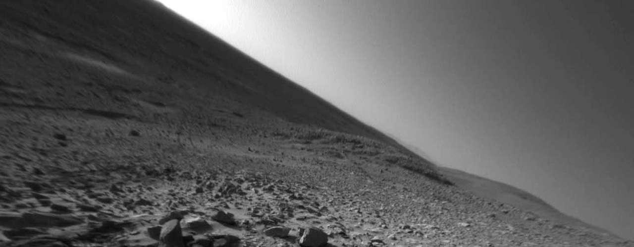 Mientras, en mayo pasado, los expertos descubrieron un nuevo tipo de formación geológica en Marte. La teoría apunta a que un extraño accidente geográfico formó crestas que parecen dunas de arena, pero, en lugar de estar hechas de material acumulado por el viento, los científicos dicen que en realidad están modeladas por la erosión eólica de la roca madre.