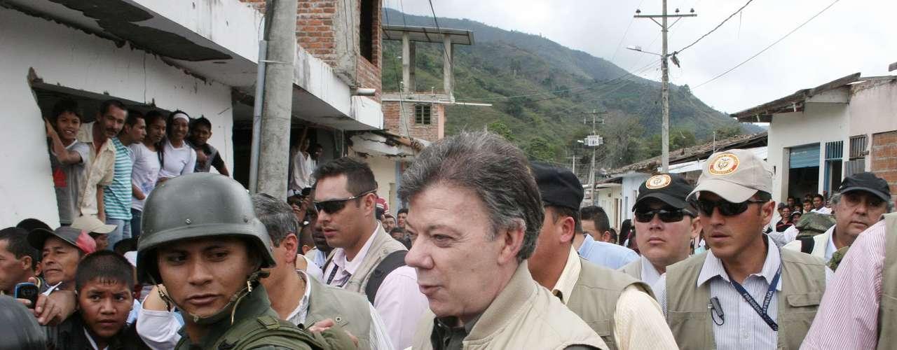 El presidente Juan Manuel Santos llega a Toribío y escucha abucheos, silbatinas y gritos de \