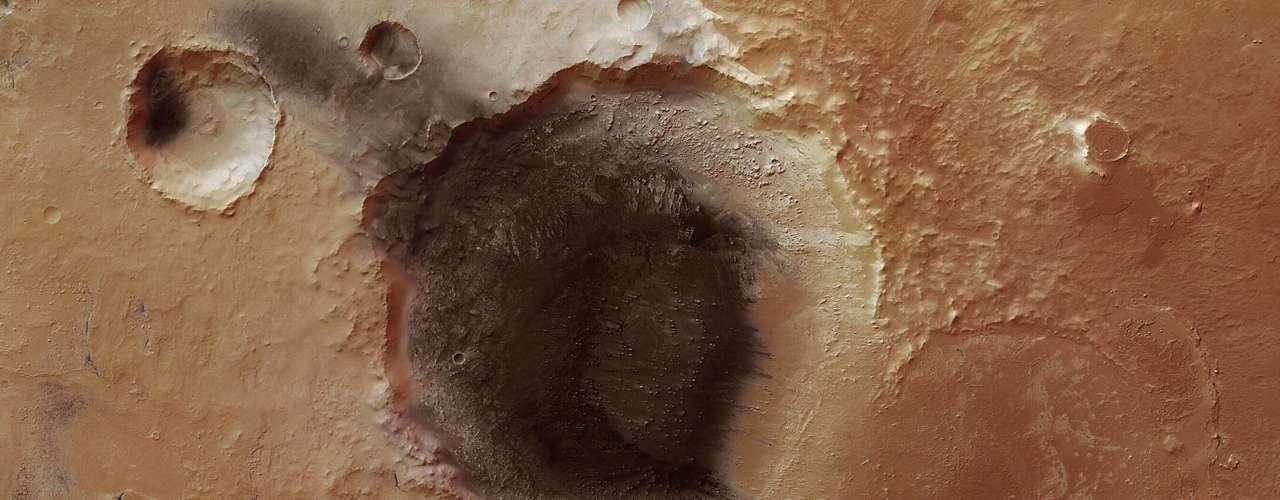 Las fotografías fueron tomadas el pasado junio de 2011 en la región de Tharsis, que se caracteriza por sus tres enormes volcanes. Las fotos revelaron depresiones circulares en el flanco sureste de uno de los volcanes, el Alba Patera, uno de los más grandes de todo el Sistema Solar.