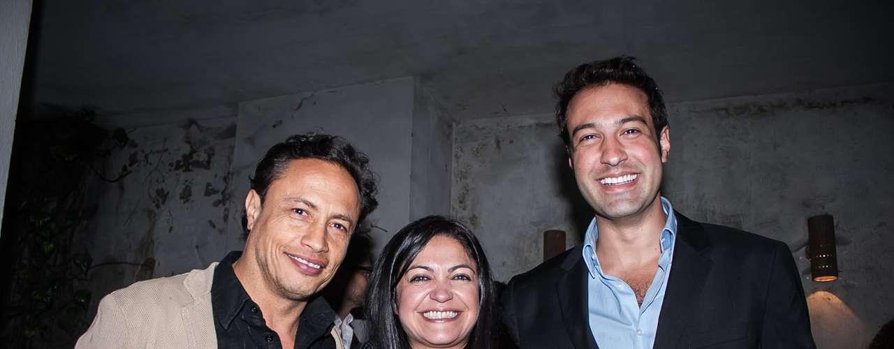 El director de televisión del canal RCN, Segio Osorio (izq) en compañía de la actriz Marcela Benjumea (centro), asistieron al evento.