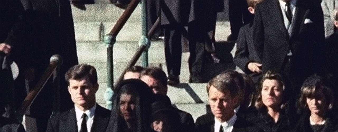 Para completar el estudio se analizaron 1,077 encuestas en línea entre el 15 al 17 de febrero de esta año. No solo se le preguntó a los televidentes si recordaban haberlo visto, sino si sabían si lo habían visto, con quién estaban y si hablaban con otras personas sobre lo que habían visto.  (En esta foto se observa a Jaqueline Kennedy con sus hijas.)