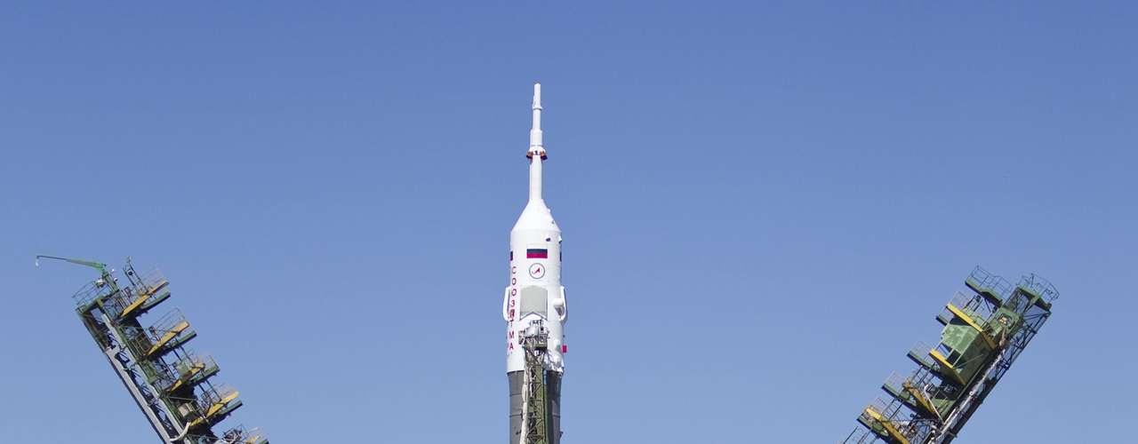 Los astronautas Yuri Malenchenko, el japonés Akihiko Hoshide y la estadounidense Sunita Williams viajarán al espacio el 15 de julio de 2012.