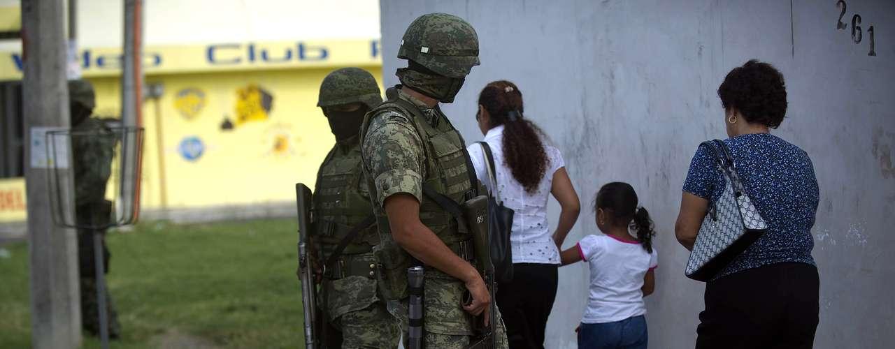 AI también aseguró que el caso de San Salvador Atenco ''es emblemático'', pues pese a que 26 mujeres sufrieron agresiones sexuales a manos de la Policía tras ser detenidas en manifestaciones en 2006, se les ha denegado el acceso a la justicia tanto estatal como federal.
