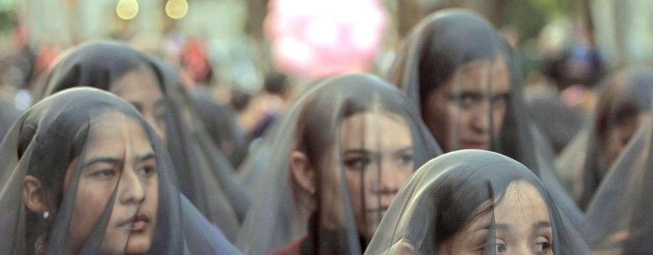 Según Amnistía Internacional (AI), el Estado mexicano no hace justicia a los derechos de las mujeres en áreas como la discriminación de género, las amenazas y ataques contra mujeres activistas, la violencia que sufren las mujeres migrantes, la no aplicación total de sendas sentencias de la Corte Interamericana de Derechos Humanos sobre la violación de dos mujeres indígenas en el estado de Guerrero y sobre el secuestro y homicidio de mujeres jóvenes en Ciudad Juárez en el Campo Algodonero, así como los obstáculos que dificultan el acceso efectivo de la mujer a la salud sexual y reproductiva.