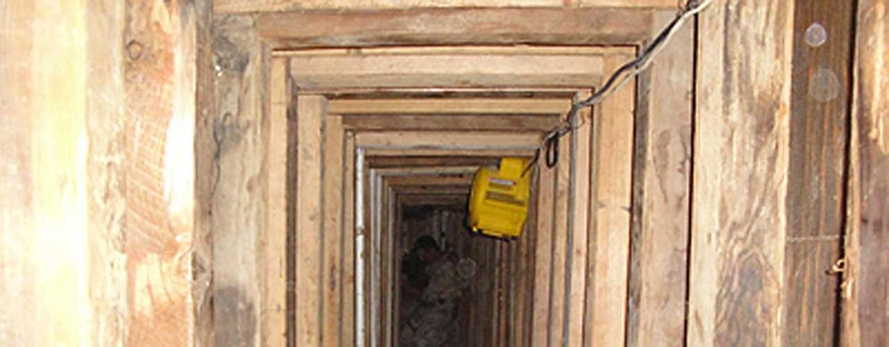 El otro había sido completado y fue descubierto en un centro comercial vacante en la ciudad de San Luis, Arizona. El túnel tenía un nivel de sofisticación no asociado usualmente con otros túneles de contrabando que conectan con drenajes en el estado.