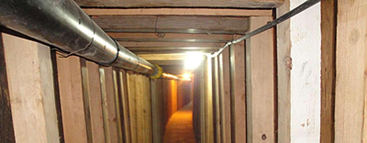 Dos túneles para el contrabando de drogas equipados con luces y sistemas de ventilación fueron descubiertos a lo largo de la frontera Estados Unidos-México, en la más reciente señal de que los cárteles están construyendo pasadizos sofisticados para evadir la vigilancia en tierra.