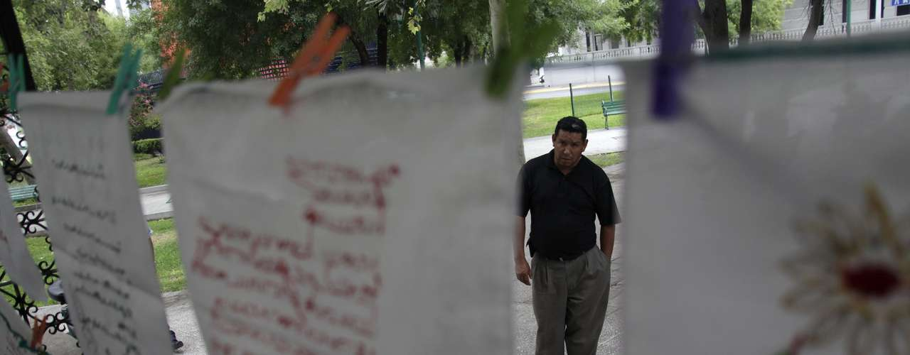 En El Salvador, las pandillas establecidas en barrios populares del país están integradas por más de 50.000 jóvenes y adolescentes. Alrededor de 9.300 están presos, según cifras policiales. (Texto AP).