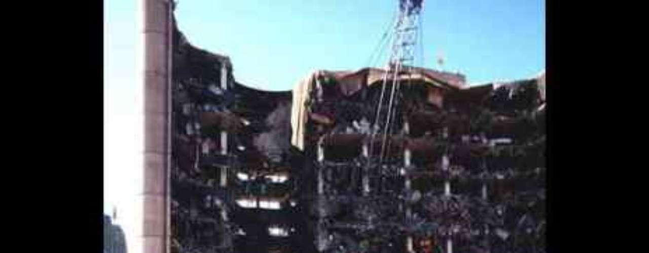 El atentado de Oklahoma City El 19 de abril de 1995 un camión bomba explotó en la ciudad de Oklahoma. Hasta el 11S, ha sido el atentado terrorista más grave en suelo estadounidense. Murieron 168 personas y el atentado causó daños de 652 millones de dólares.